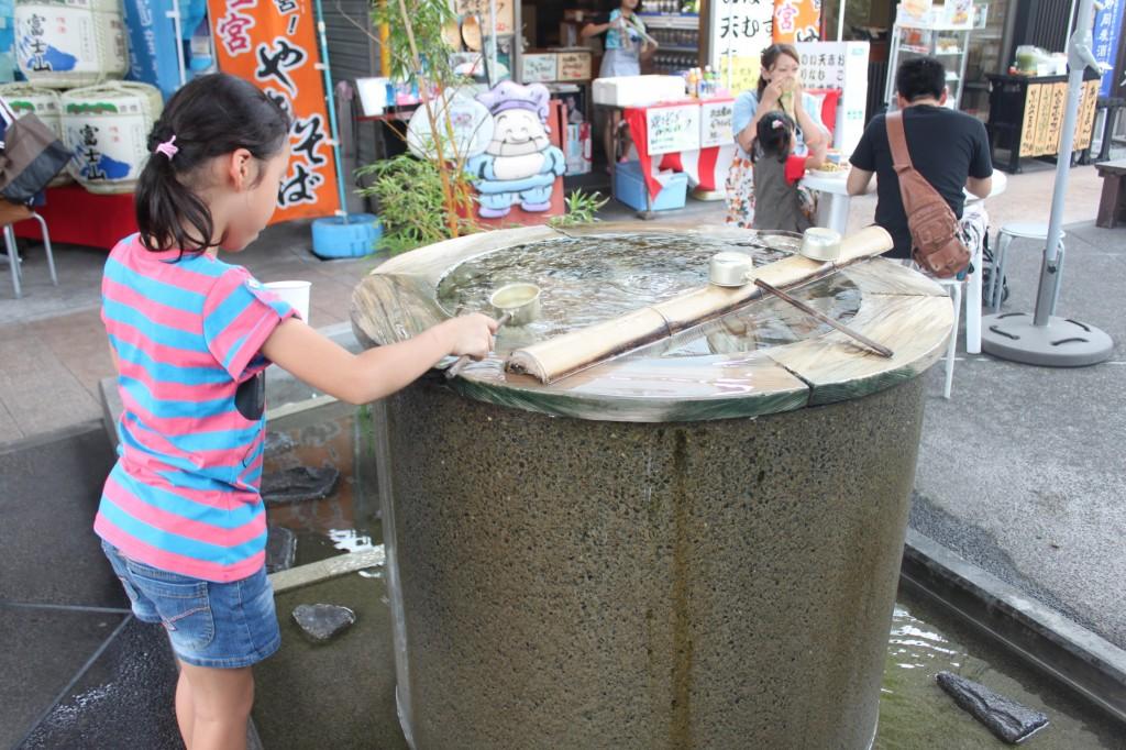 浅間大社お宮横町の「富士宮やきそば学会」湧き水