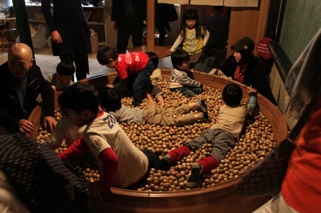 東京おもちゃ美術館の木のプール