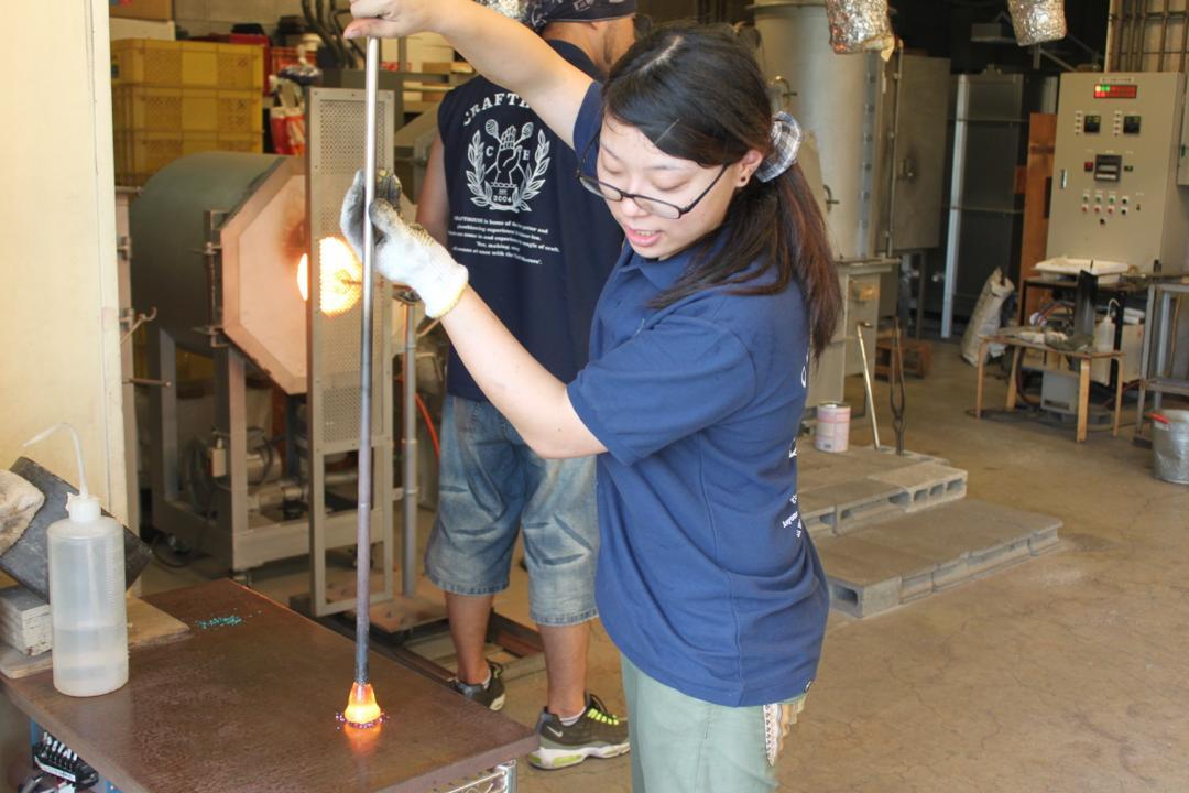 箱根クラフトハウスの吹きガラス体験、色砂をつける