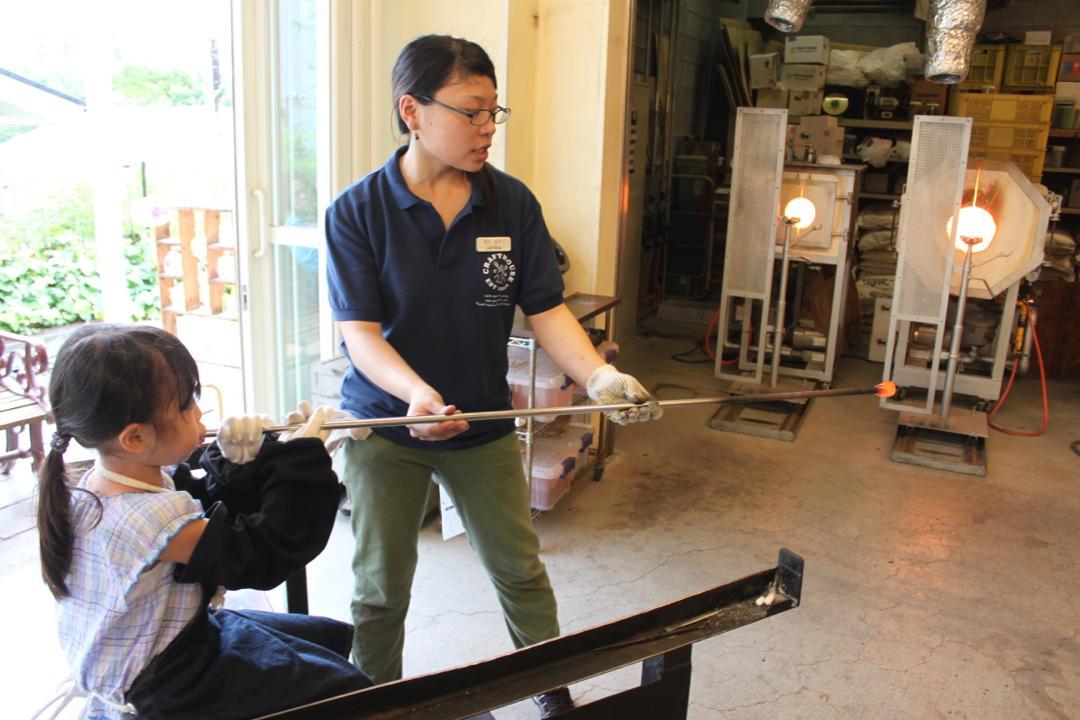 箱根クラフトハウスの吹きガラス体験、膨らませる
