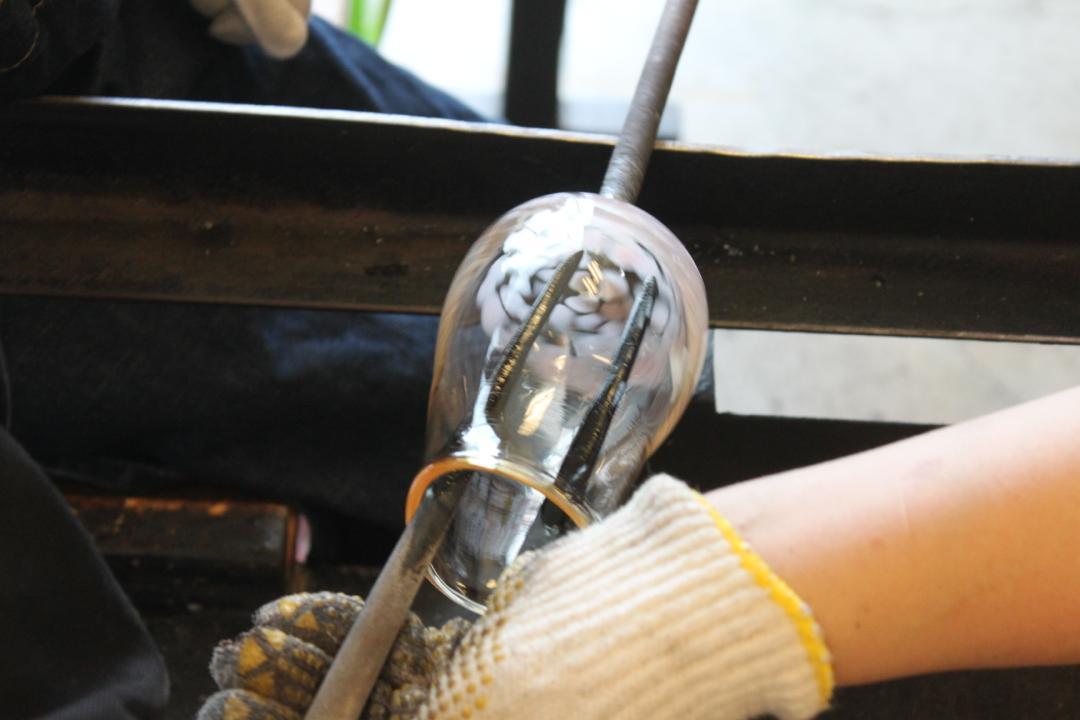 箱根クラフトハウスの吹きガラス体験、飲み口を広げる