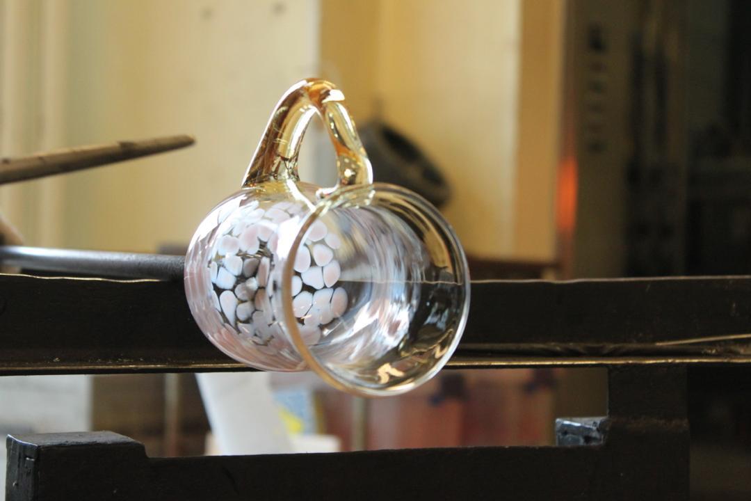 箱根クラフトハウスの吹きガラス体験、取ってを付ける