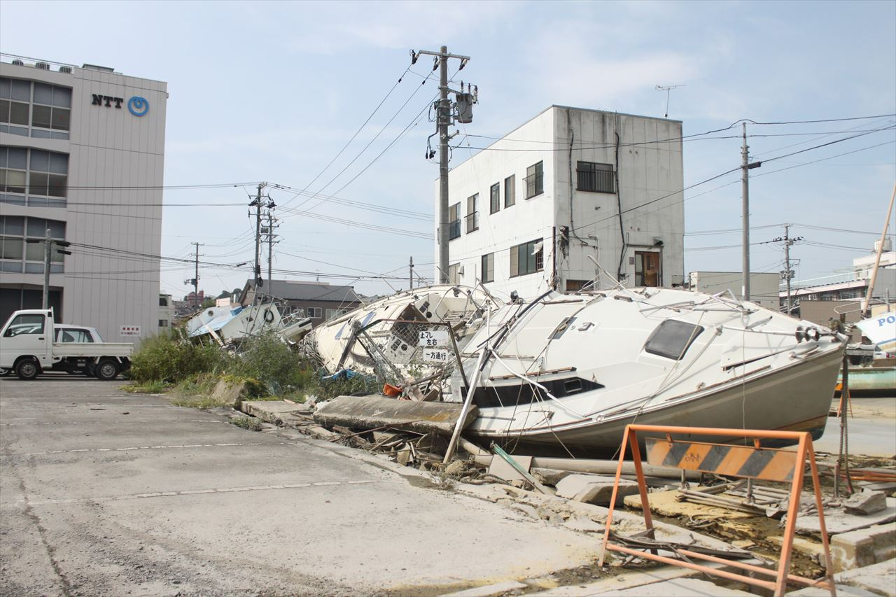 東日本大震災の被害で打ち上げられた船