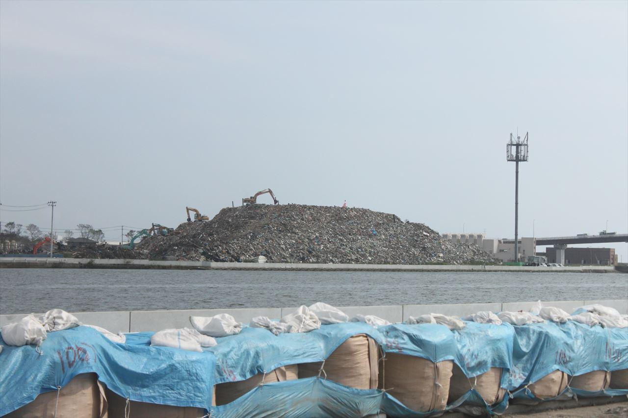 東日本大震災の被害で作られた瓦礫の山