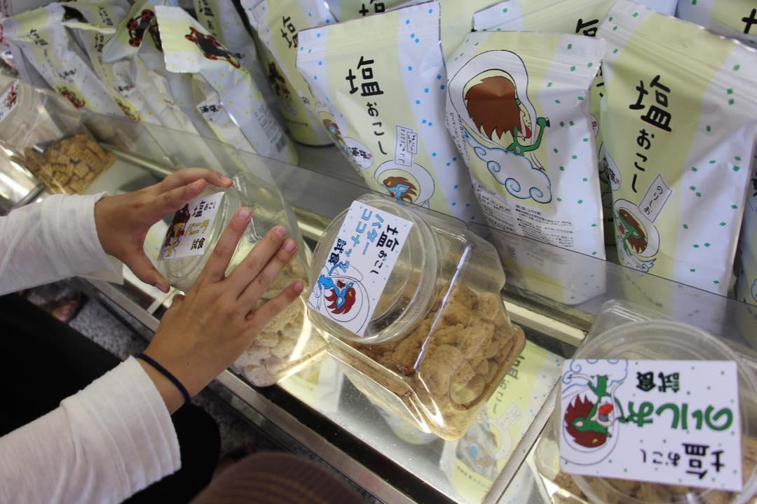 東京下町の浅草寺の塩おこし