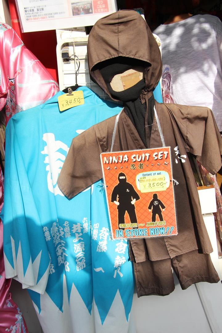 東京下町の浅草寺仲見世通り忍者スーツ