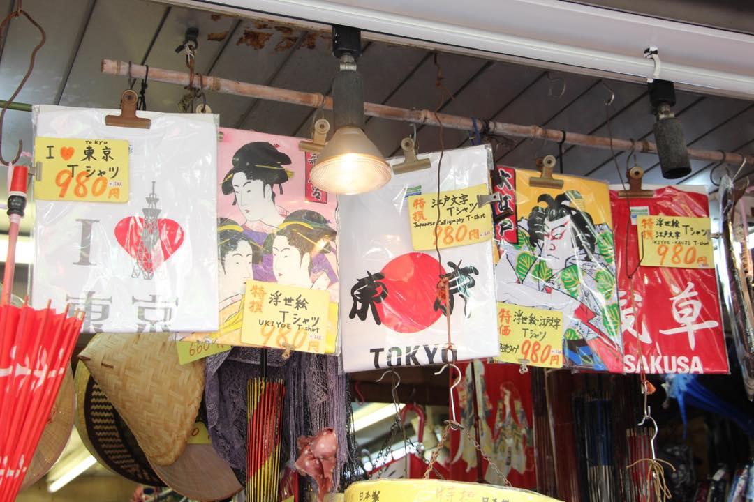 東京下町の浅草寺仲見世通り浮世絵Tシャツ