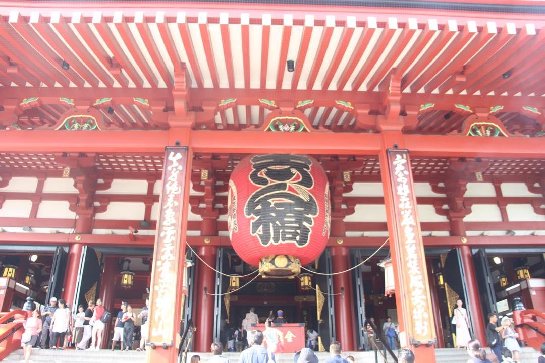 東京下町の浅草寺境内