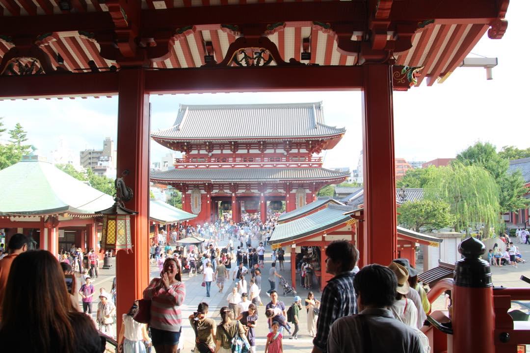 東京下町の浅草寺、境内から仲見世通りを眺める