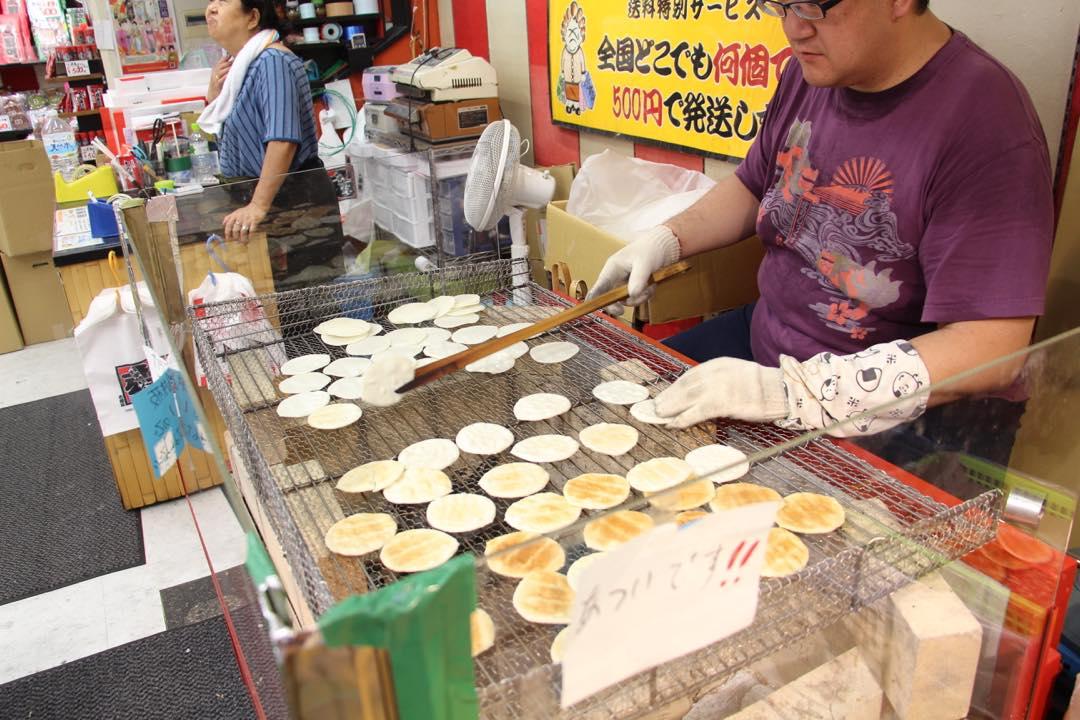 東京下町の浅草寺仲見世通り、手焼き浅草煎餅
