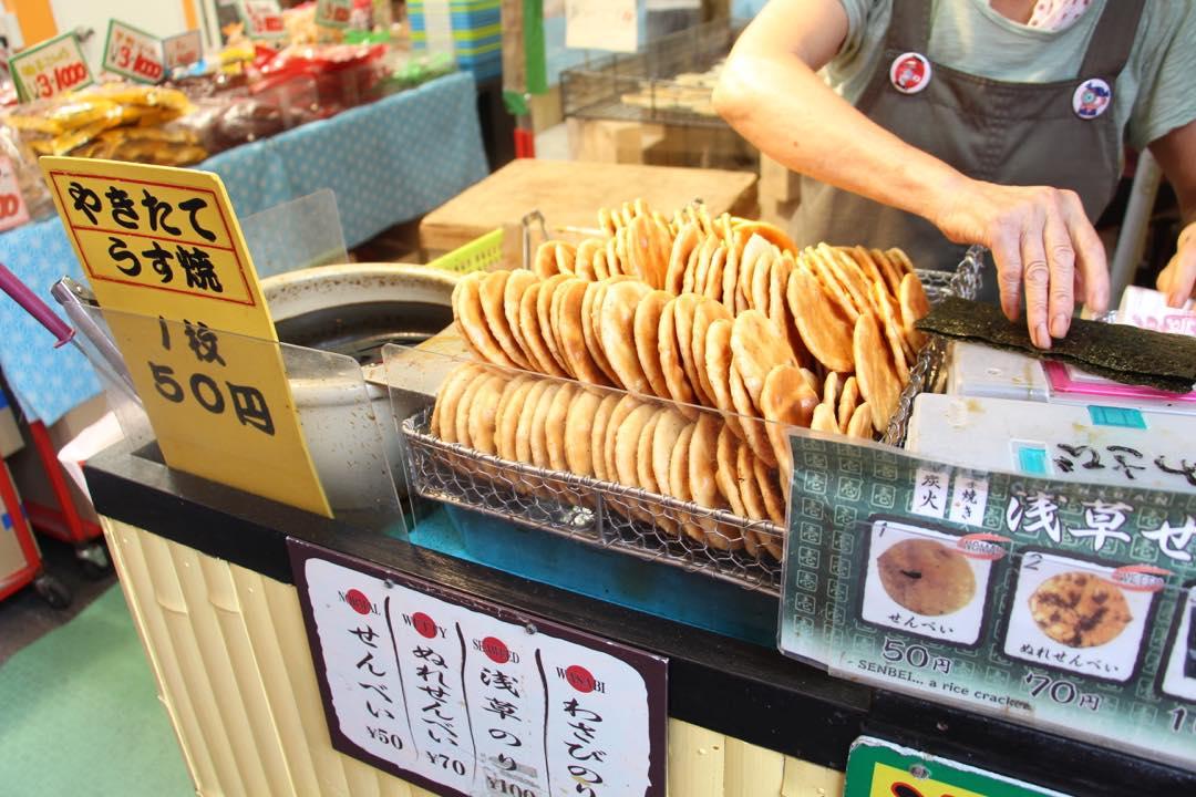 東京下町の浅草寺仲見世通り、手焼き浅草せんべい