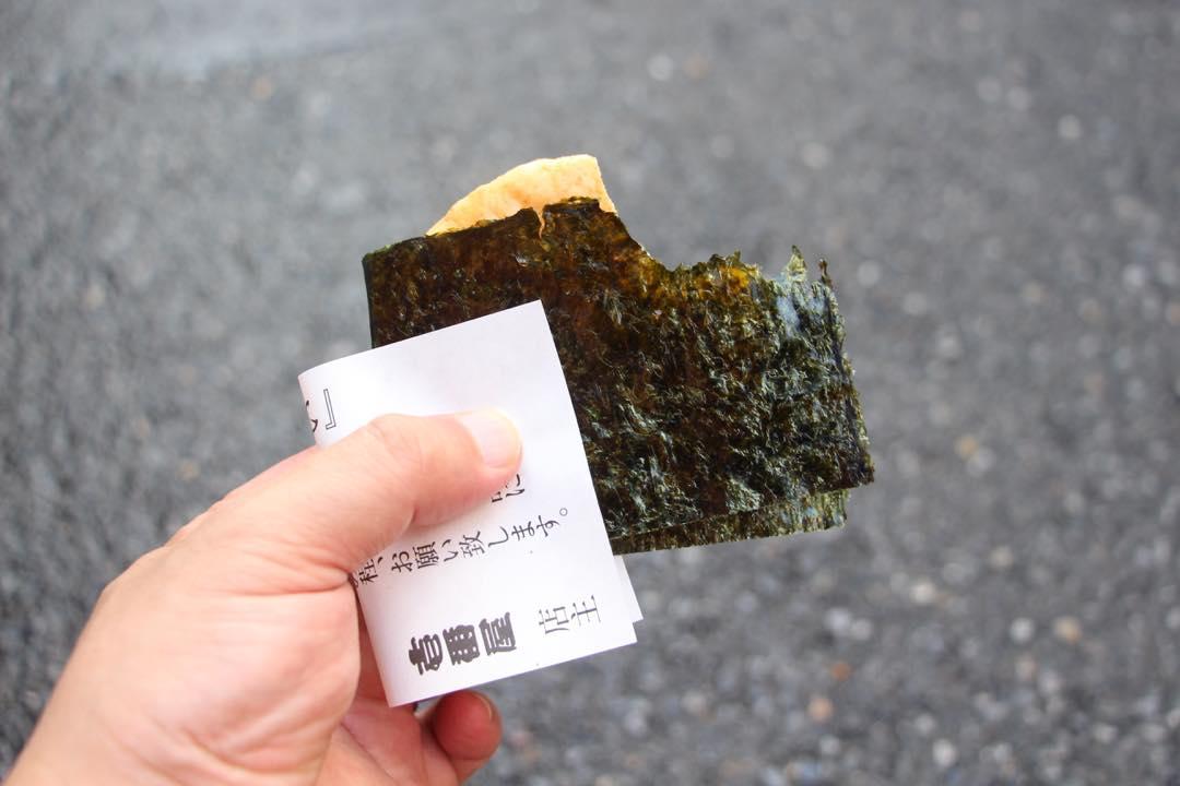 東京下町の浅草寺仲見世通り、海苔せんべい