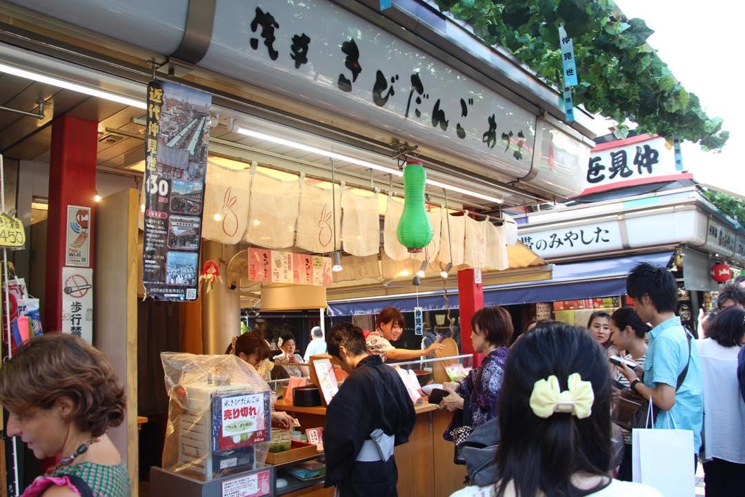 東京下町の浅草寺仲見世通り、きびだんご