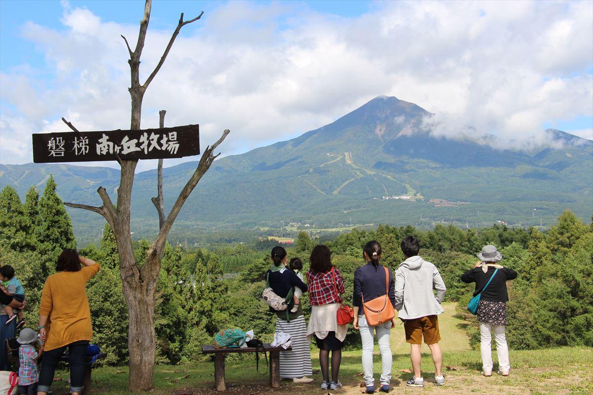 福島県の磐梯南ヶ丘牧場から磐梯山の眺め