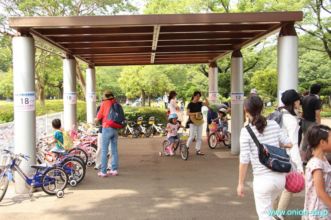 小金井公園サイクリングセンターの補助輪付き自転車