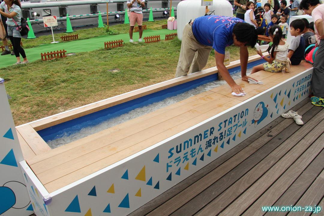ドラえもんテレ朝夏祭りのドラえもんミルクランド北海道の流れる足プール