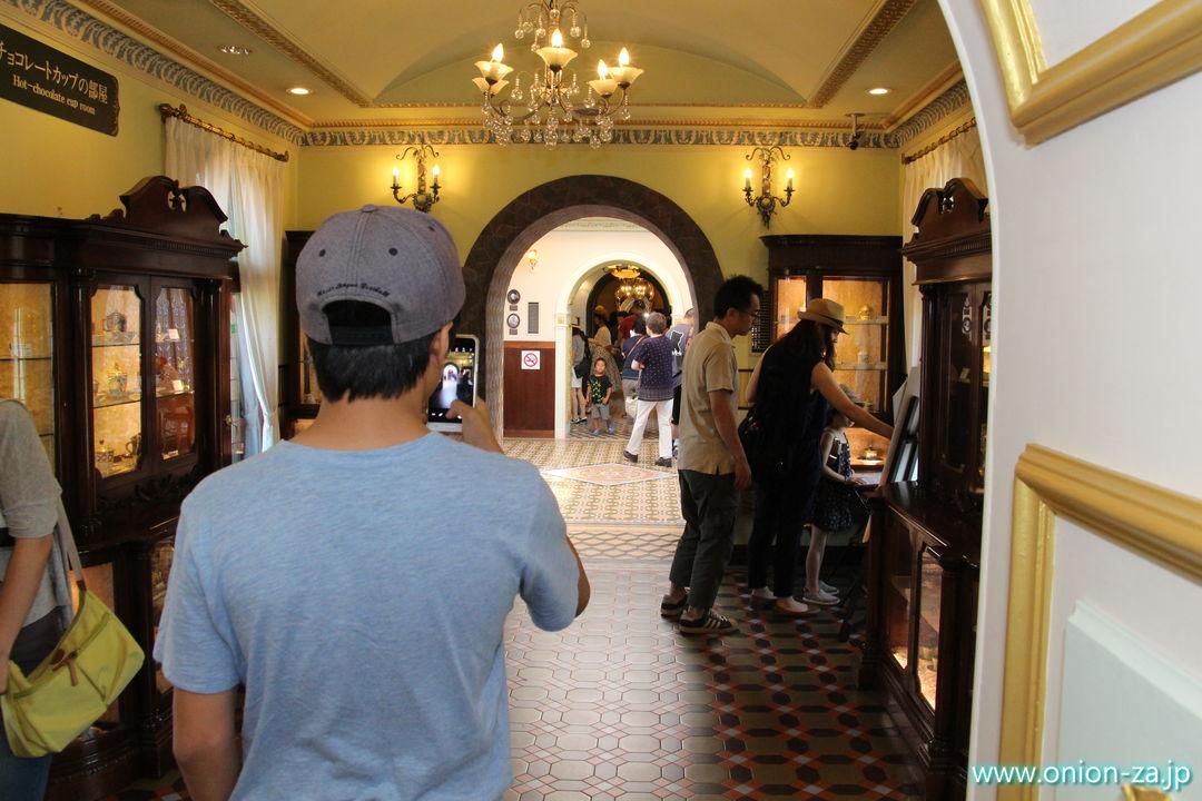 北海道にある白い恋人パークの回廊入口