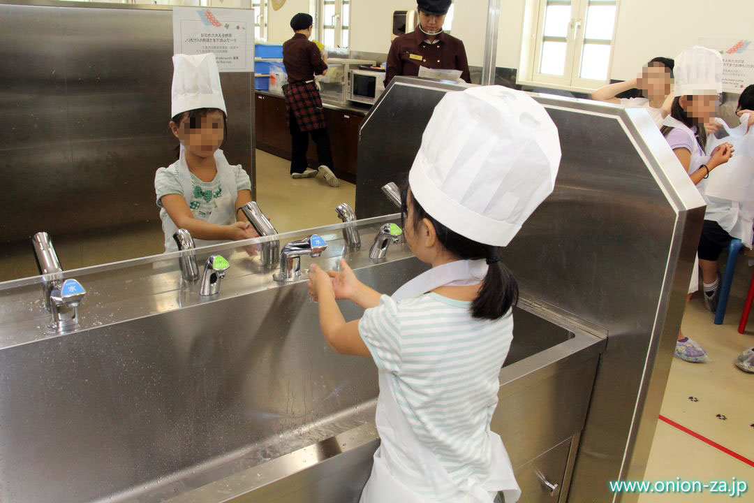 白い恋人パークのお菓子作り体験工房で手洗い