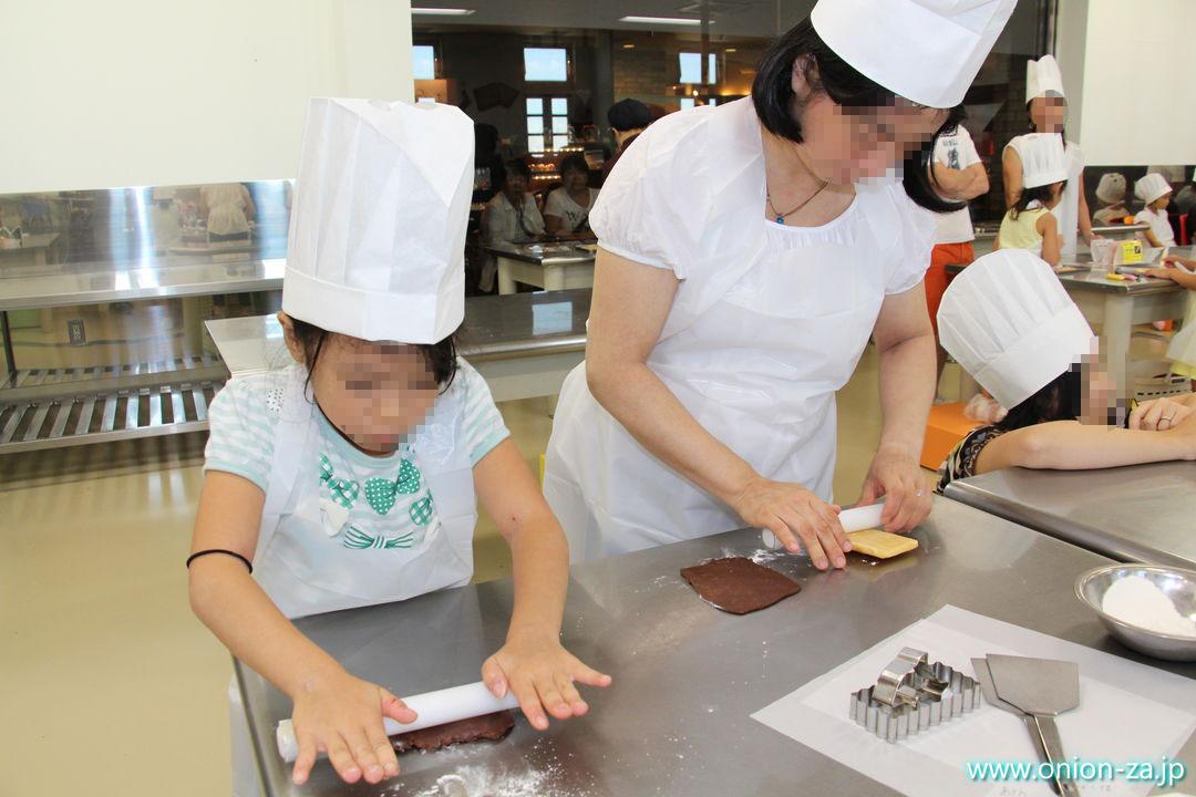 白い恋人パークのお菓子作り体験工房でクッキー作り