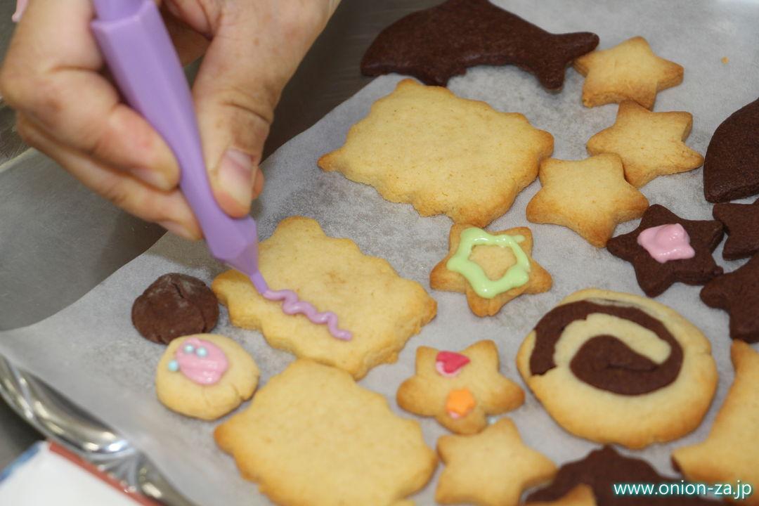 白い恋人パークのお菓子作り体験工房でチョコペンデコレーション