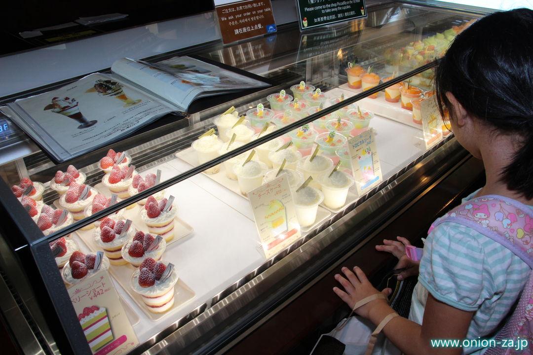 北海道の白い恋人パークにあるチョコレートラウンジのフルーツケーキ