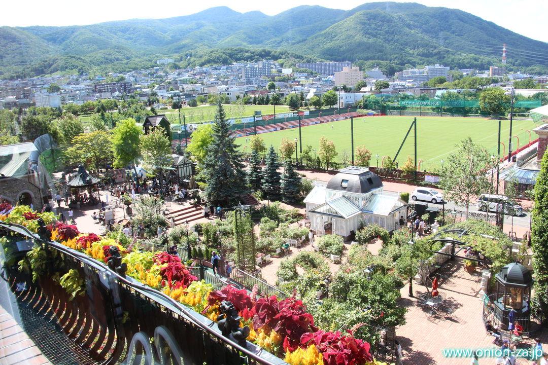北海道の白い恋人パークにあるチョコレートラウンジから見る風景