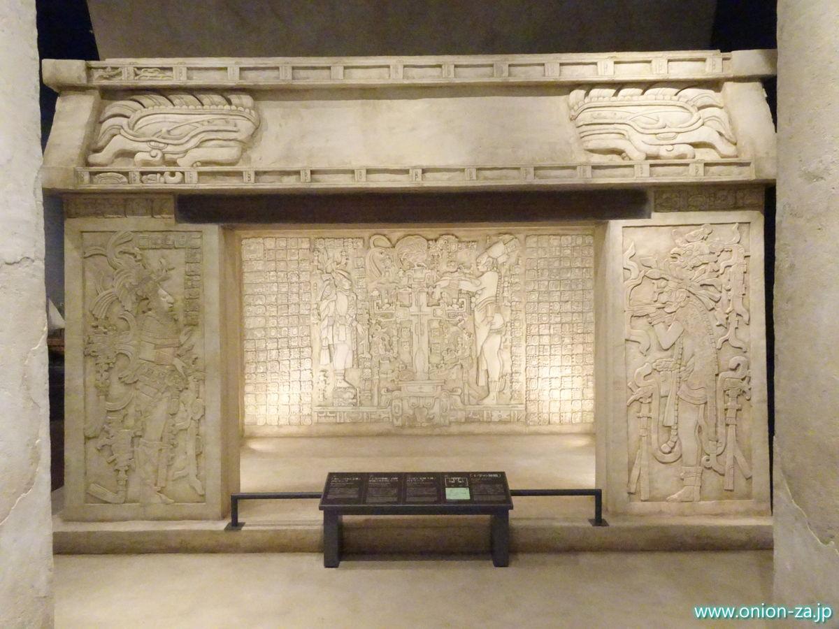 ピラミッド神殿「十字の神殿」のレプリカ