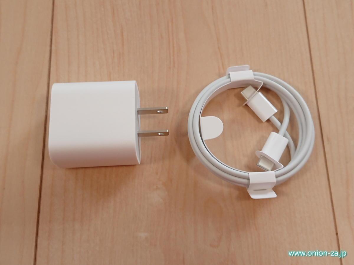 USB充電器ですらシンプルで質感の良いデザインなのは、やはりアップル製品ならでは