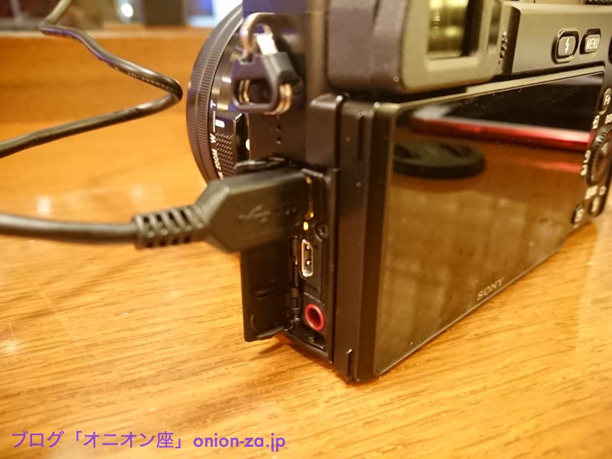 α6100の写真。α6100/6400はUSBはMicro端子で、マイク端子はあるがイヤホン端子がない。