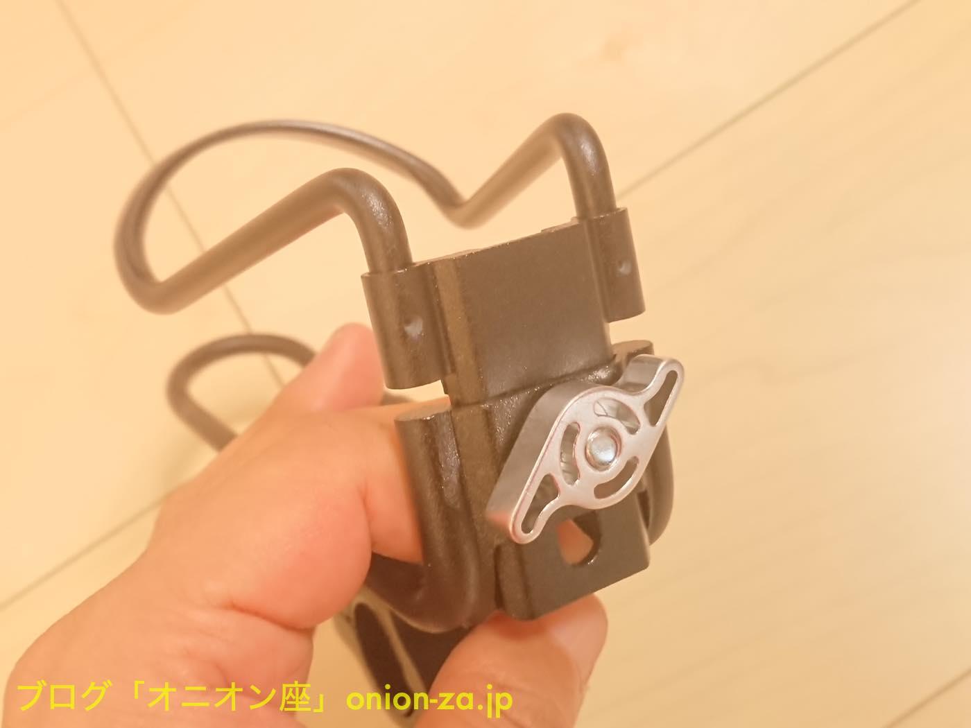 付属の工具を使わなくとも底面のネジは調整可能なのが便利