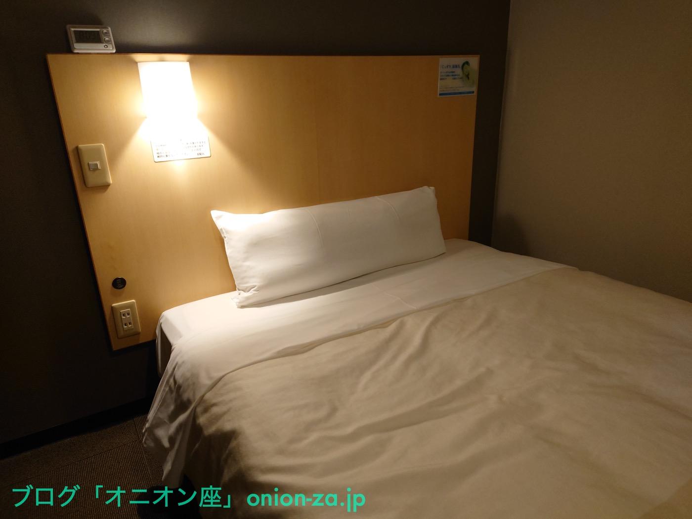 某県のスーパーホテルのベッド。高級なシモンズ社製で、寝心地がすこぶるいい。